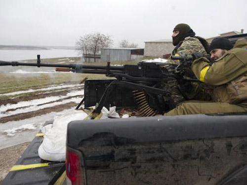 Binh lính Ukraine tại ngôi làng gần TP Mariupol hôm 26-1Ảnh: Reuters