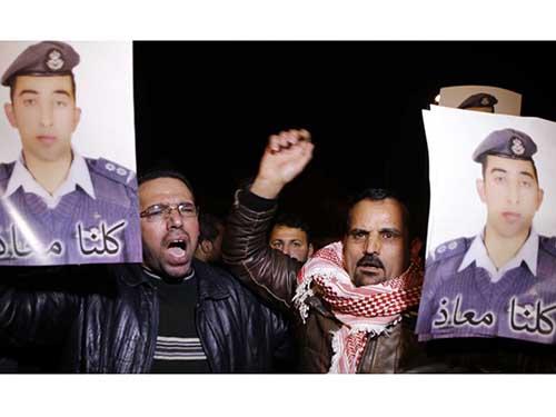 Người dân biểu tình kêu gọi chính phủ Jordan giải cứu  phi công Muath al-KasasbehẢnh: AP