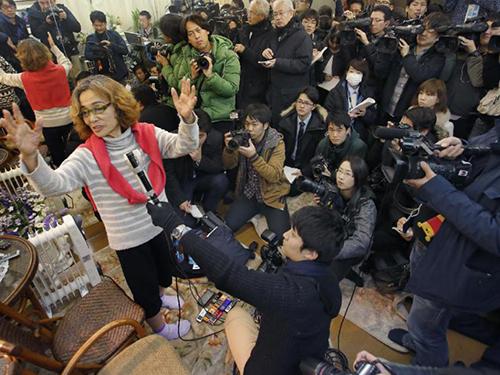 Bà Junko Ishido, mẹ nhà báo Kenji Goto, lo lắng cho số phận con trai Ảnh: AP