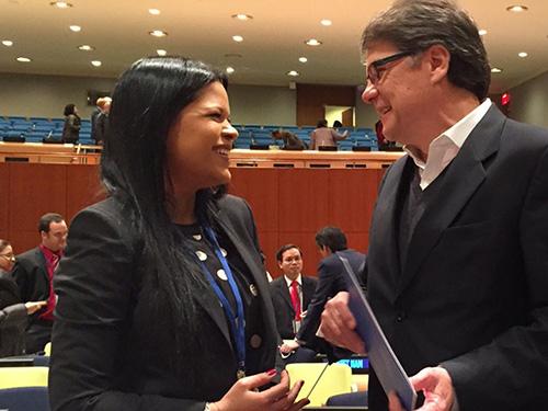 Cô Maria Gabriela Chavez trò chuyện với Đại sứ Ecuador Xavier Lasso tại LHQ hôm 1-4.Ảnh: AP