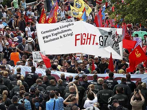 Người biểu tình phản đối hội nghị G7 tại Garmisch-Partenkirchen (miền Nam nước Đức) ngày 6-6 Ảnh: REUTERS