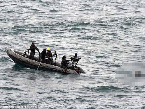 Hải quân Indonesia sử dụng tàu cao tốc để thu thập thi thể nạn nhân hôm 2-1Ảnh: Barcroft India