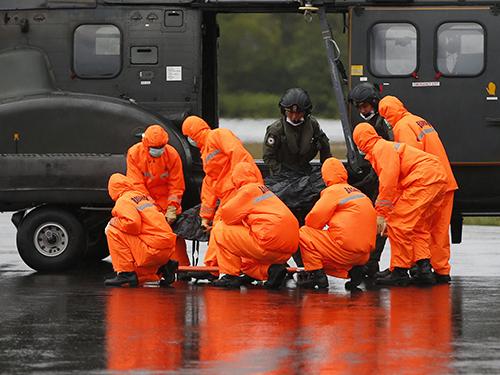 Một thi thể nạn nhân được tìm thấy hôm 4-1Ảnh: Reuters
