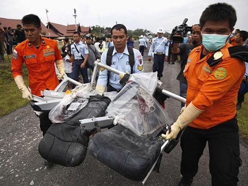 Một số ghế ngồi trên máy bay QZ8501 được tìm thấy hôm 5-1Ảnh: Reuters