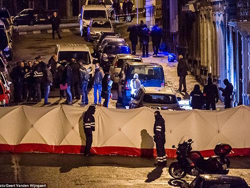 Cảnh sát tập trung tại hiện trường vụ đọ súng với các nghi can khủng bố ở TP Verviers - BỉẢnh: AP