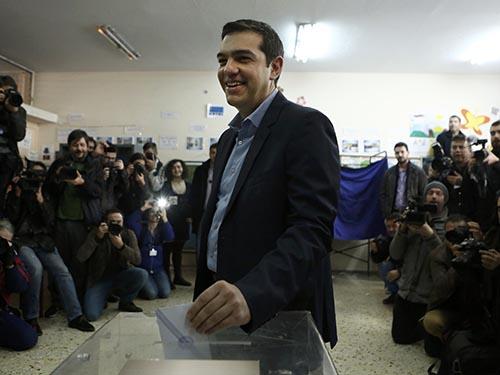 Ông Alexis Tsipras, thủ lĩnh đảng Syriza, bỏ phiếu tại thủ đô Athens – Hy Lạp hôm 25-1 Ảnh: Reuters