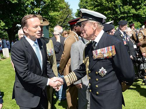 Thủ tướng Úc Tony Abbott (trái) và Hoàng thân Philip (phải) Ảnh: BBC