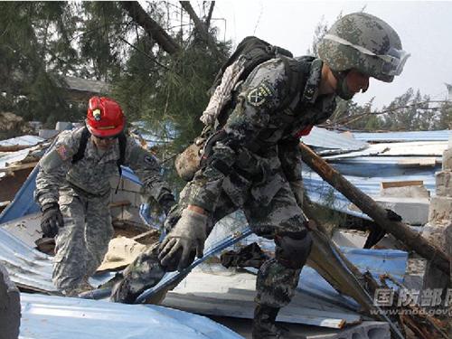 Binh sĩ Mỹ và Trung Quốc tham gia diễn tập về hỗ trợ nhân đạo và cứu trợ thảm họa ở TP Hải Khẩu,  tỉnh Hải Nam hôm 18-1Ảnh: ChinaMil