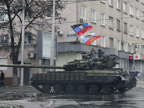 Xe tăng của lực lượng ly khai thân Nga ở Donetsk, miền Đông UkraineẢnh: REUTERS