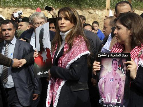 Hoàng hậu Rania của Jordan dẫn đầu hàng ngàn người tuần hành chống IS ở thủ đô Amman hôm 6-2Ảnh: Reuters