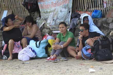 Hành khách bị mắc kẹt trên đảo Marinduque, miền trung Philippines, do các chuyến phà ngưng hoạt động. Ảnh: Reuters