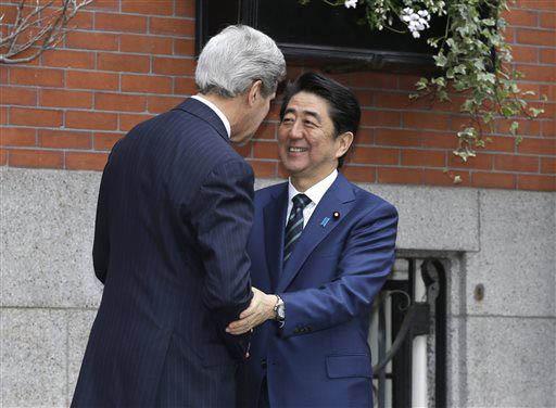 Ngoại trưởng Mỹ John Kerry (trái) đón Thủ tướng Nhật Bản Shinzo Abe hôm 26-4 Ảnh: AP
