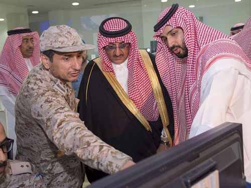 Tân Thái tử Mohammed bin Nayef (giữa) và Bộ trưởng Quốc phòng Mohammad bin Salman (phải)Ảnh: Reuters