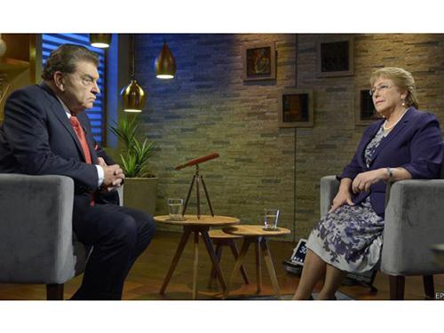 Tổng thống Chile Michelle Bachelet trả lời phỏng vấn kênh 13 hôm 6-5 Ảnh: EPA