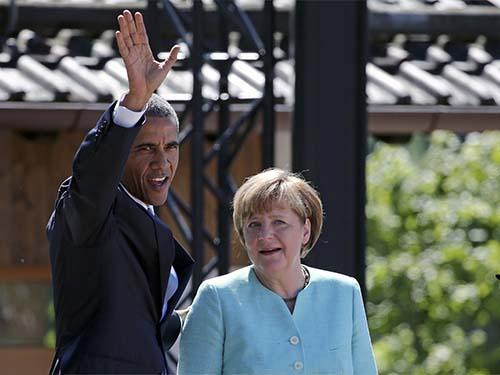 Tổng thống Mỹ Barack Obama và Thủ tướng Đức Angela Merkel trên đường phố Kruen - Đức hôm 7-6 Ảnh: REUTERS