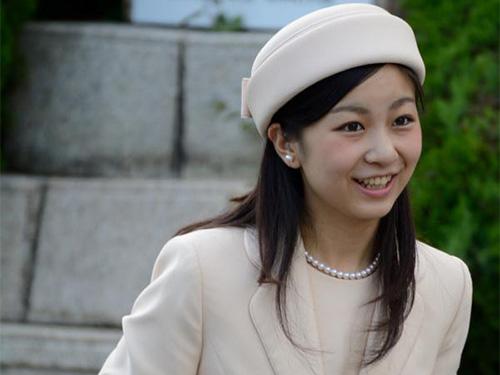 Công chúa Kako viếng mộ của Thiên hoàng Antoku tại TP Shimonoseki  ngày 6-6Ảnh: TWITTER