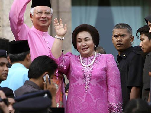 Thủ tướng Malaysia Najib Razak và vợ Rosmah Mansor vẫy tay chào người ủng hộ  Ảnh: AP