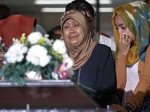 Người thân một nạn nhân nữ đau lòng khi nhìn thấy thi thể cô gái tại bệnh viện ở TP Surabaya hôm 1-1-2015 Ảnh: Reuters