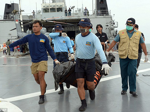 Nhân viên Hải quân Indonesia vận chuyển một túi chứa thi thể hôm 2-1Ảnh: AP