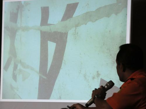 Người đứng đầu Basarnas Bambang Soelistyo công bố ảnh chụp đuôi máy bay dưới đáy biểnẢnh: AP