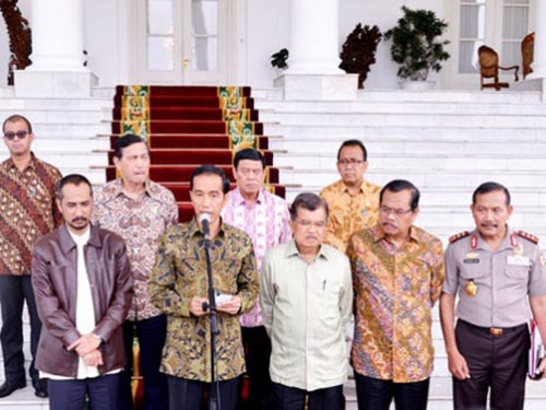 Tổng thống Joko Widodo (nói micro) và các ông Abraham Samad (bìa trái hàng trên), Badrodin Haiti (bìa phải) hôm 23-1 Ảnh: Văn phòng Tổng thống Indonesia