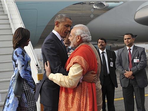 Thủ tướng Ấn Độ Narendra Modi ra tận sân bay đón Tổng thống Mỹ Barack ObamaẢnh: REUTERS