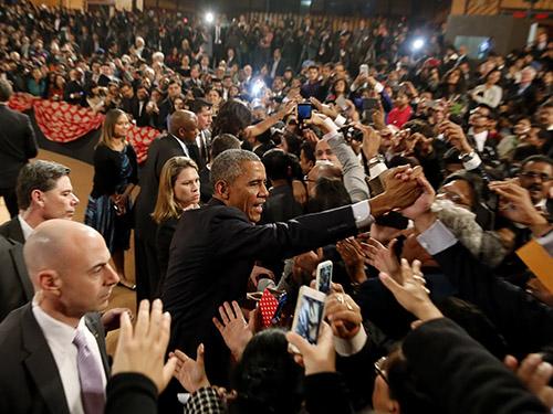 Tổng thống Mỹ Barack Obama bắt tay cử tọa sau khi phát biểu tại New Delhi - Ấn Độ hôm 27-1 Ảnh: REUTERS