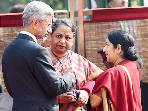 Bà Sujatha Singh (giữa) bất ngờ bị cách chức Ảnh: PTI
