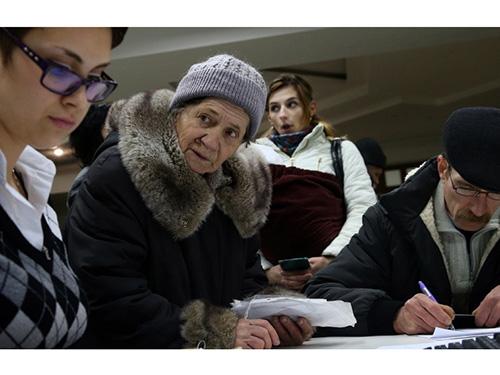 Người hưu trí ở Cộng hòa Nhân dân Donetsk tự xưng bắt đầu lãnh tiền rúp Nga từ tháng 4-2015 Ảnh: TASS