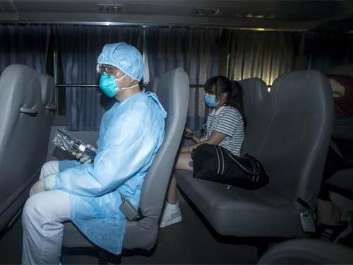 Một người dân Hồng Kông (ngồi sau) từng tiếp xúc gần với người đàn ông Hàn Quốc bị nhiễm MERS Ảnh: REUTERS