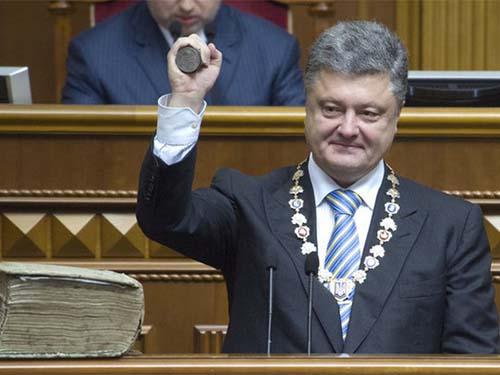 Tổng thống Petro Poroshenko không được cử tri đánh giá cao sau hơn 1 năm lên nắm quyền Ảnh: DISCRED.RU