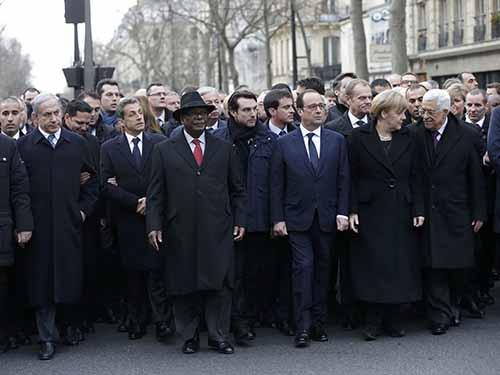 Tổng thống Pháp Francois Hollande cùng các nhà lãnh đạo thế giới tham gia cuộc tuần hành ở Paris  hôm 11-1Ảnh: REUTERS