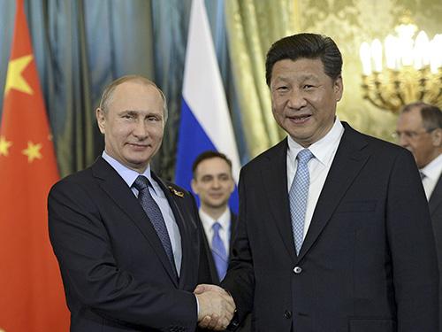 Tổng thống Nga Vladimir Putin (trái) tiếp Chủ tịch Trung Quốc Tập Cận Bình tại điện Kremlin hôm 8-5  Ảnh: REUTERS