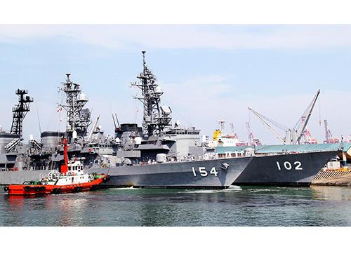 Hai tàu khu trục Nhật Bản cập cảng ở thủ đô Manila - Philippines ngày 9-5 Ảnh: EPA
