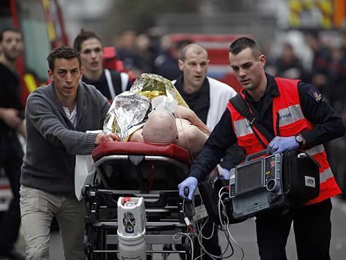 Một người bị thương được đưa ra khỏi hiện trườngẢnh: AP
