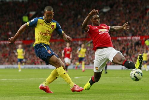 Theo Walcott lập công cho Arsenal, làm tan vỡ giấc mơ Top 3 của M.U