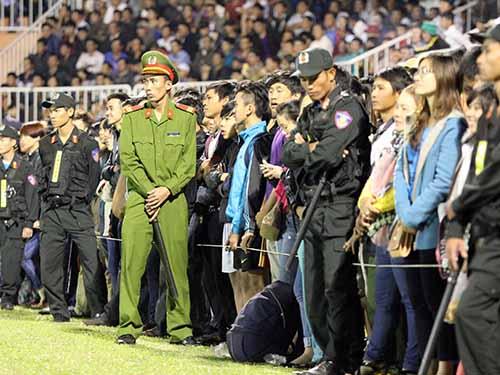 CĐV Pleiku tràn xuống sân nhưng giữ được trật tự dưới sự điều động của lực lượng an ninh. Đây là một trong các tình tiết giúp BTC sân nhận án phạt nhẹẢnh: Anh Dũng