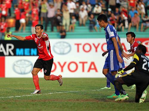 Chí Công (trái) sau pha đánh đầu nâng tỉ số 2-1 cho ĐTLAẢnh: Quang Liêm