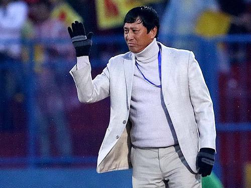 HLV Vũ Quang Bảo khiến lãnh đạo, cầu thủ và CĐV Thanh Hóa bất ngờ vì xin thanh lý hợp đồng do bệnh nhưng sau đó chuyển sang nắm đội Cần ThơẢnh: HẢI ANH