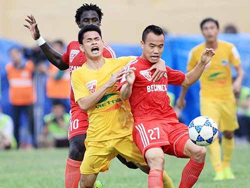 Đình Tùng (giữa), tiền đạo nội đầu tiên ghi hat-trick ở V-League mùa này, không được HLV Miura gọi tập trungẢnh: Hải Anh