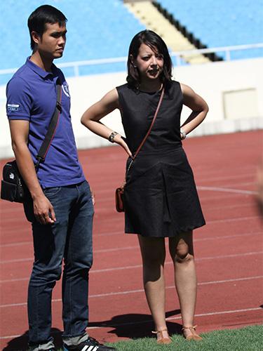 Bà Lucia Sanchez, giám đốc tổ chức các trận du đấu của Man City, đang kiểm tra sân Mỹ ĐìnhẢnh: HẢI ANH
