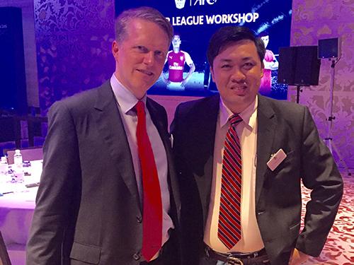 Ông Cao Văn Chóng với Giám đốc truyền thông CLB Arsenal Charles Allen tại hội thảo Ảnh: Nhân vật cung cấp