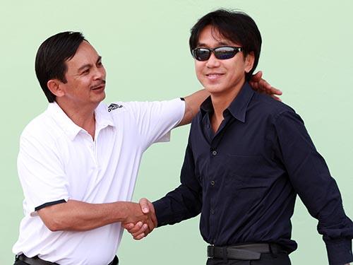 HLV Miura (phải) trên sân Long An chiều tối 11-1Ảnh: Quang Liêm
