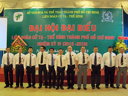 Thầy của lực sĩ cử tạ Thạch Kim Tuấn - HLV Huỳnh Hữu Chí (bìa trái) -  là thành viên ban chấp hành