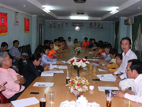 Trưởng bộ môn taekwondo TP HCM Nguyễn Thanh Huy (đứng) giải trình 7 hợp đồng nghi bị giả mạo chữ ký