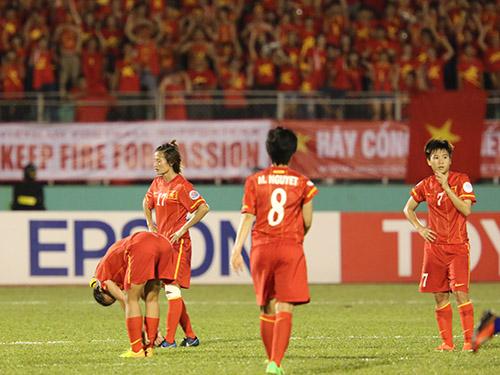 Đội nữ Việt Nam thất vọng khi vuột vé dự VCK World Cup 2015 về tay Thái Lan ngay trên sân Thống Nhất hồi tháng 5-2014Ảnh: Quang Liêm