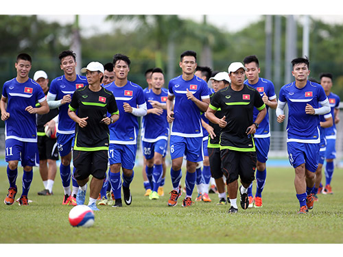 HLV thể lực Kudo Shinichi (thứ hai từ phải sang) trong buổi tập cùng đội U23 Việt Nam chiều 28-5Ảnh: Quang Liêm