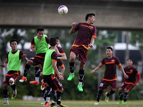 Tấn công bằng bóng bổng và chống bóng bổng là bài tập được U23 Việt Nam rèn nhiều trước khi đấu với U23 Malaysia tối 2-6Ảnh: Quang Liêm