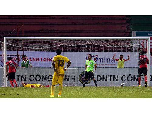 Bàn thua do phản lưới nhà của Thanh Hóa trong trận thua chủ nhà ĐTLA 1-2Ảnh: Quang Liêm
