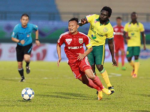 Trọng Hoàng (9) tỏa sáng với 2 bàn cho B.Bình Dương trong ngày đeo băng đội trưởng Ảnh: Quang Liêm